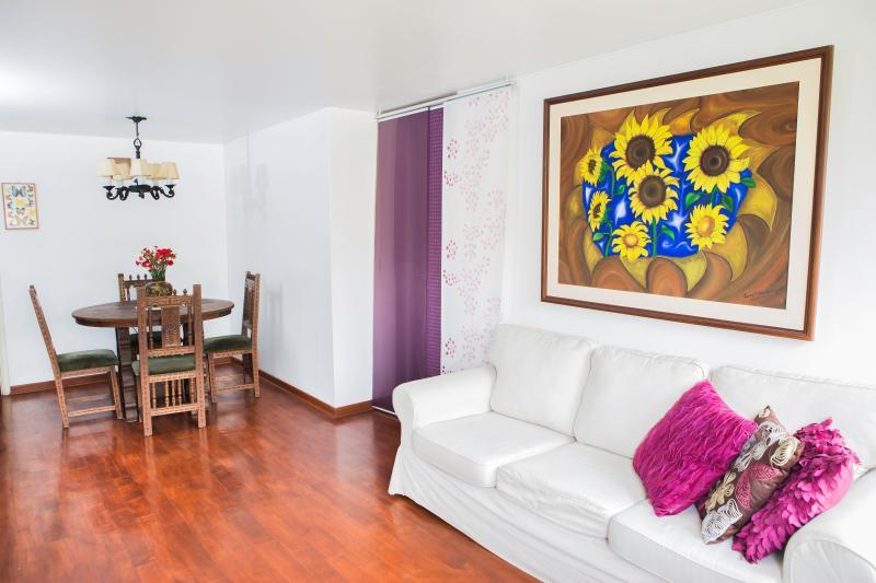 Piso de madera y muebles, las plantas naturales!  / pisos y muebles de madera, muy acogedor.