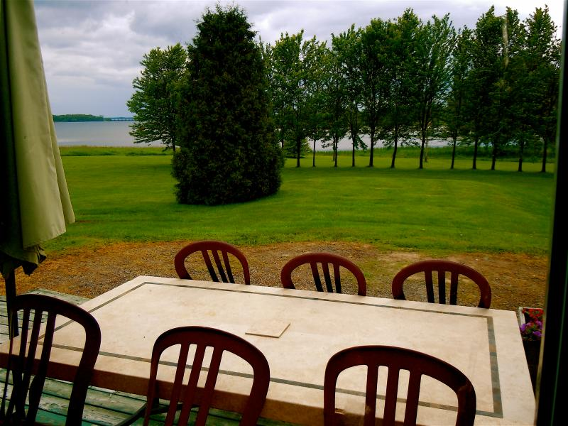 Cottage 10 - 1 bedroom 2 queen sized beds, kitchenette/eating area, fantastic views of Iroquois Lock