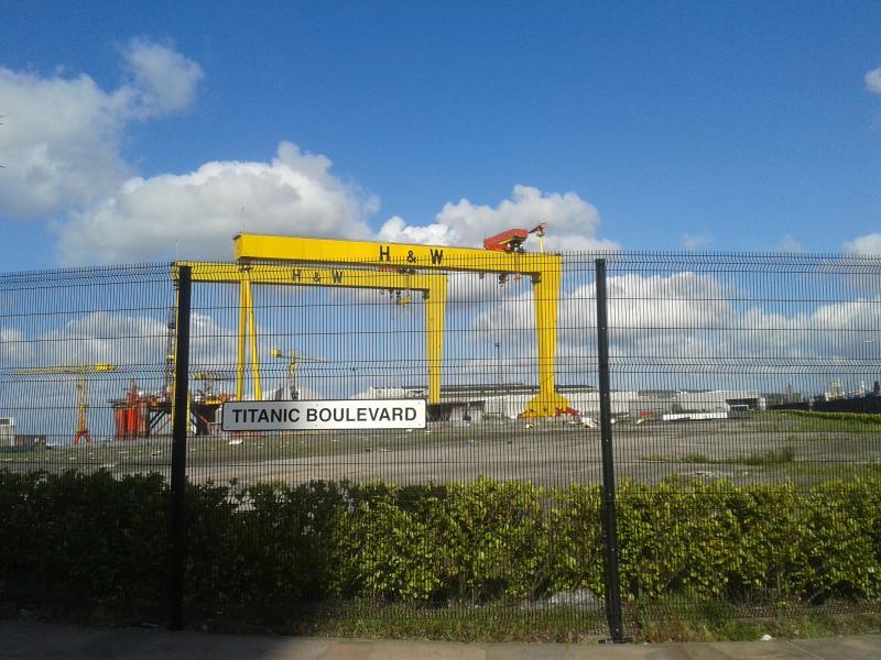 célèbre monument Samson et Goliath grues de Belfast peut être vu à partir du bas de la rue