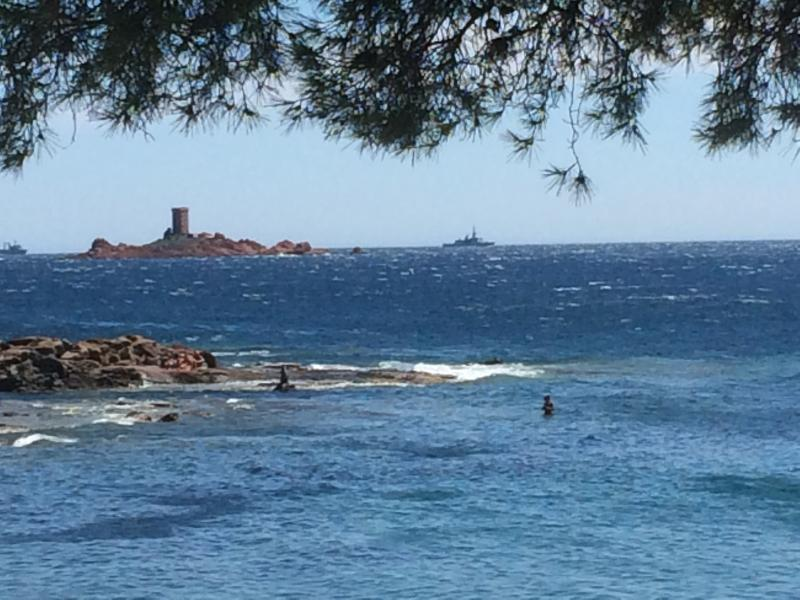 off the island of gold, at the Dramont and its coves. 4 km. Tintin inspired Hergé: And the Black island