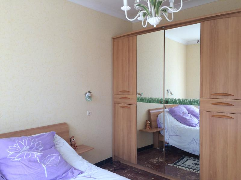 Yellow bedroom, a 140 bed