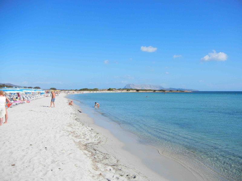 Der schöne Strand von Isuledda erreichen zu Fuß mit einem kurzen, angenehmen Spaziergang