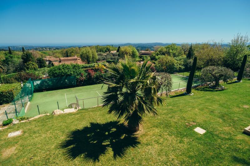 Jardín de tenis y panorámica con Olivier