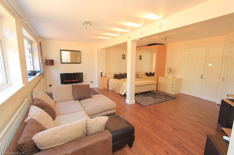 Luxury Ground Floor apartment Near Sea Private entrance, holiday rental in Leigh-on Sea