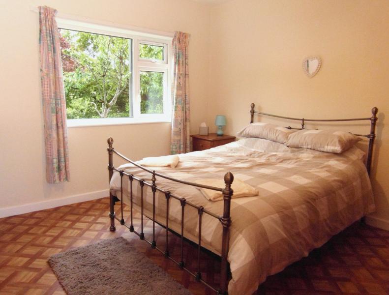 Kingsize downstairs bedroom.