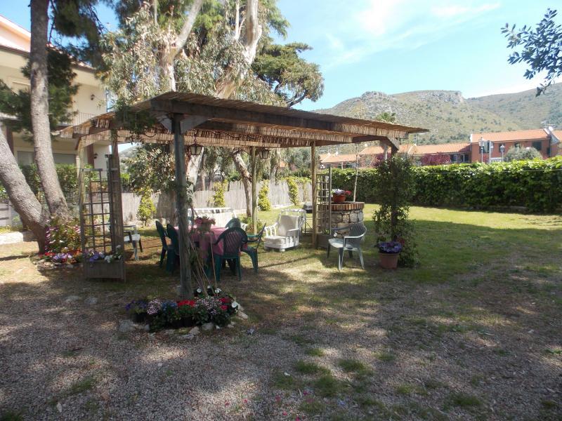 El jardín con zona de estar y barbacoa