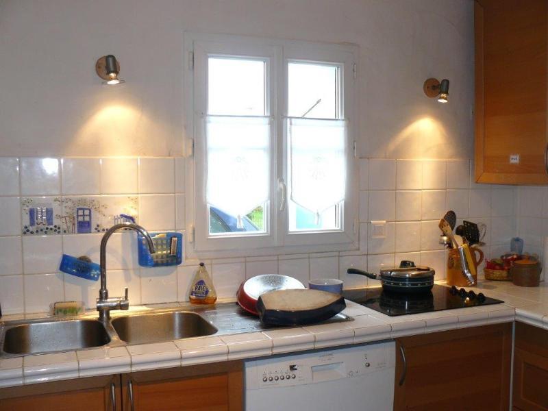 Een keuken is gesloten met een mooi raam, zeer goed uitgerust