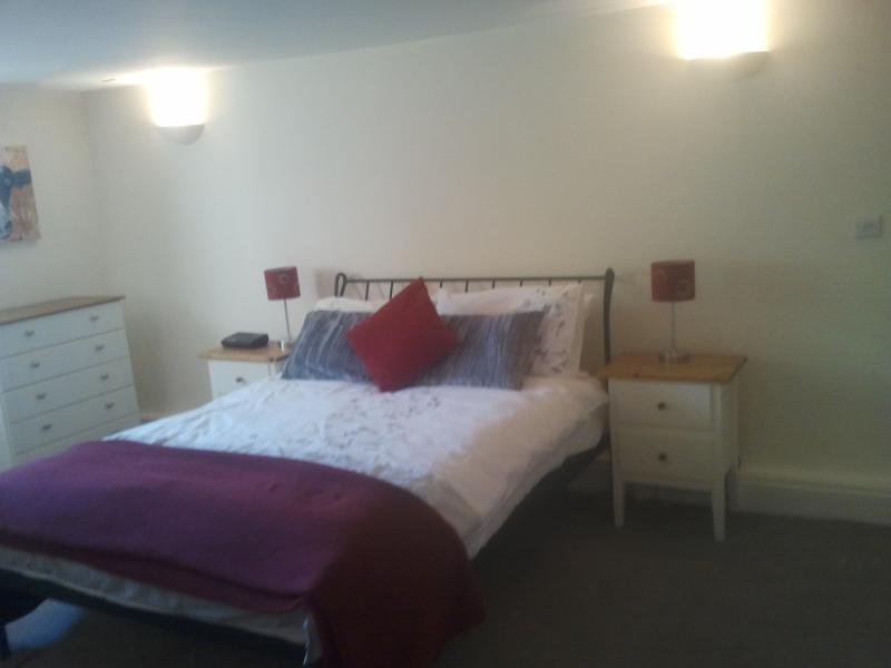 Cama principal, dormitorio de sótano