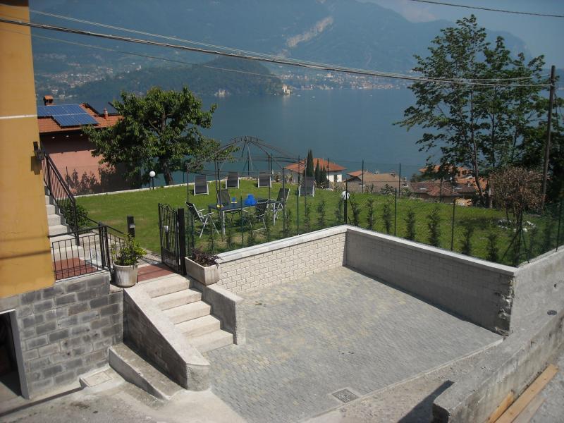 Privat parkering och utsikt över trädgården