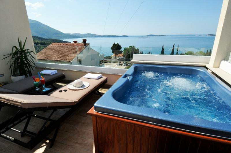 Apartment Marin private hot tub overlooking the 'Zupa Bay'.