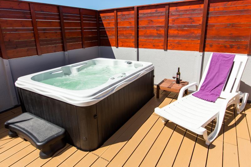 Entspannen im privaten, sonnigen Garten mit Jacuzzi und hochwertigen Belag