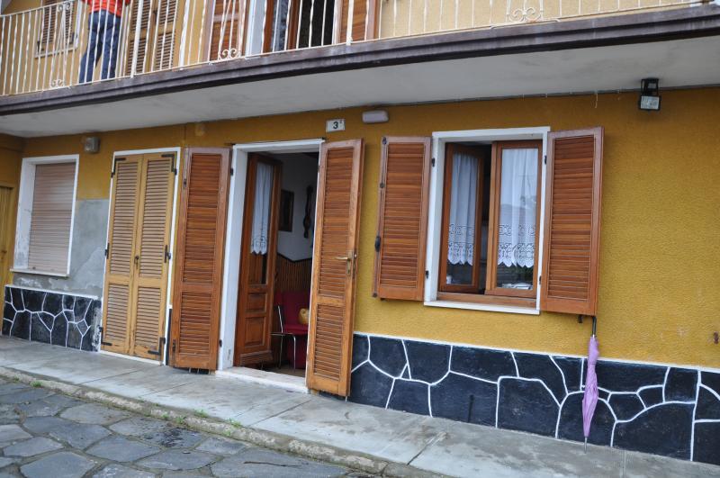 tipica casa di ringhiera  sulle alture del lago, holiday rental in Varallo