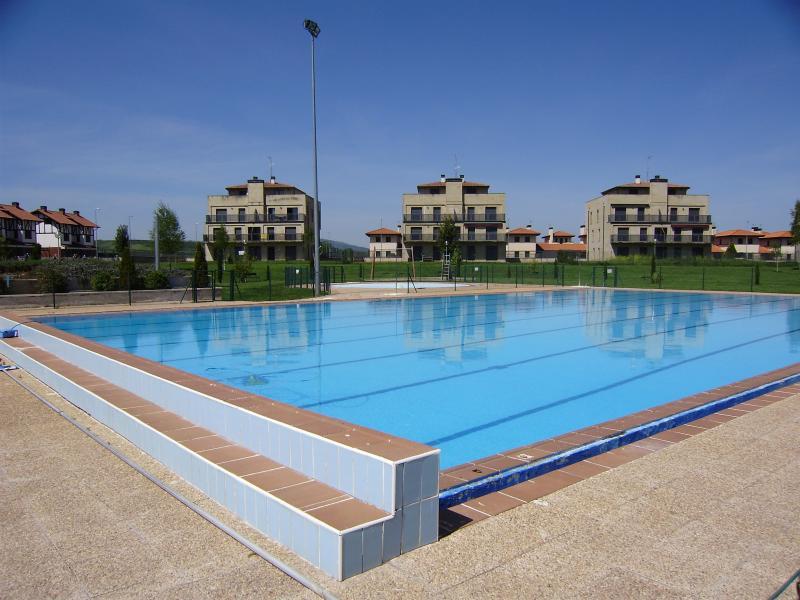 piscina adultos verano con amplios jardines