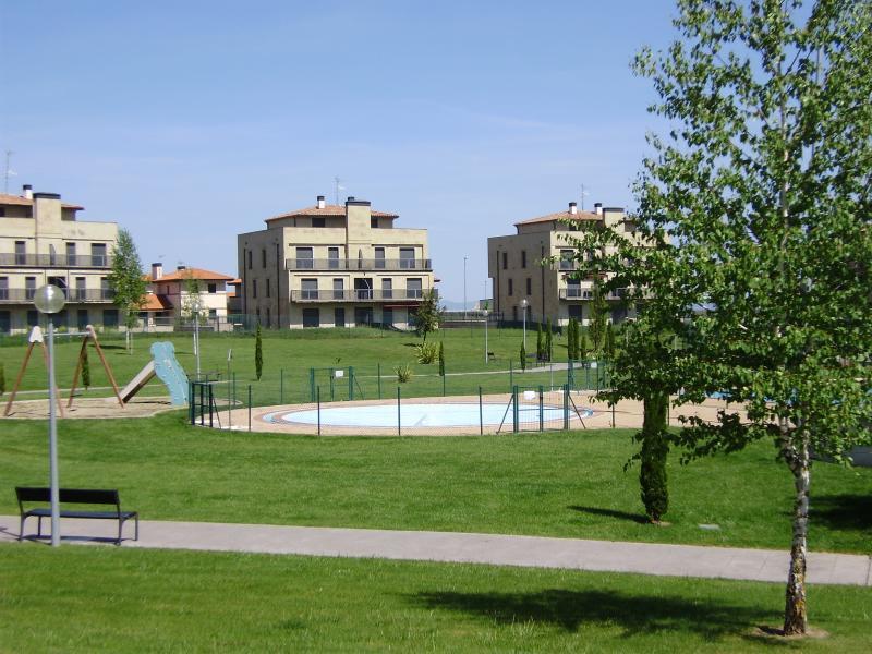piscina infantil verano con zona de columpios