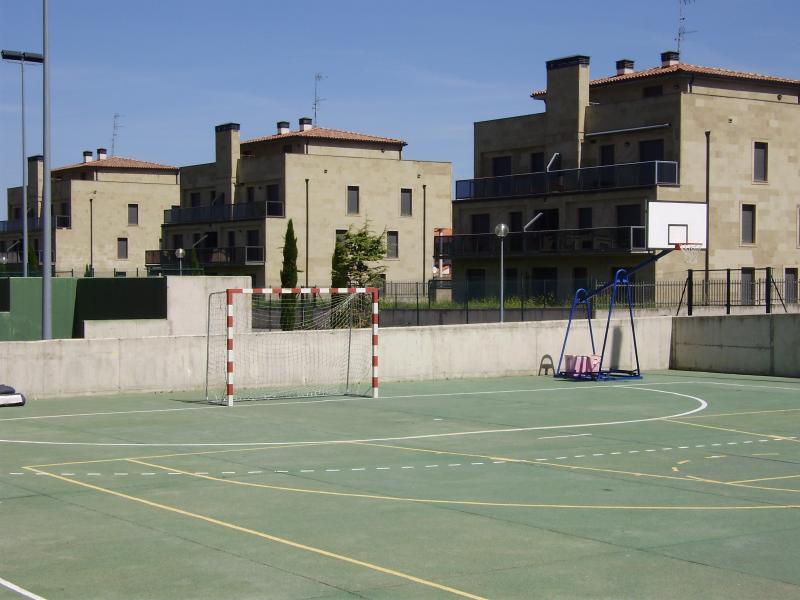 pistas de futbol y baloncesto