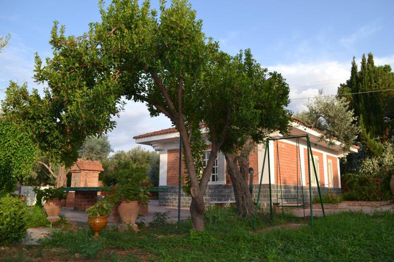 IL GIARDINO SUL MARE: CASA CON ACCESSO IN SPIAGGIA, holiday rental in Marina di Caronia