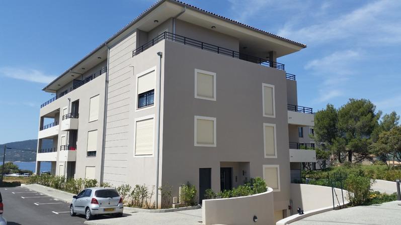 Angle facade sud et est (parking extérieur)