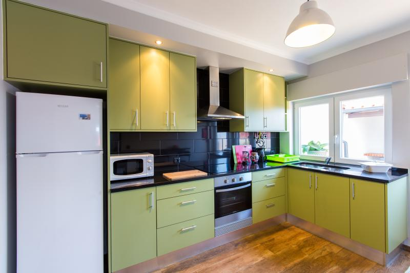 modern, fully equipped kitchen with breakfast bar & chairs