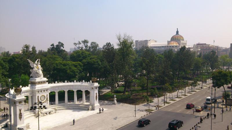 Hemiciclo Juárez, frente al edificio