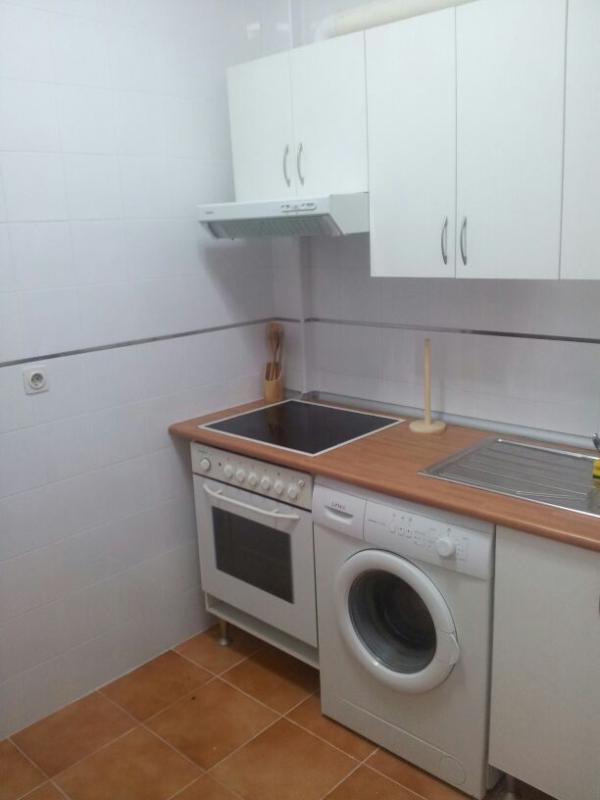 Cocina con vitroceramica, horno, frigorifico, lavadora