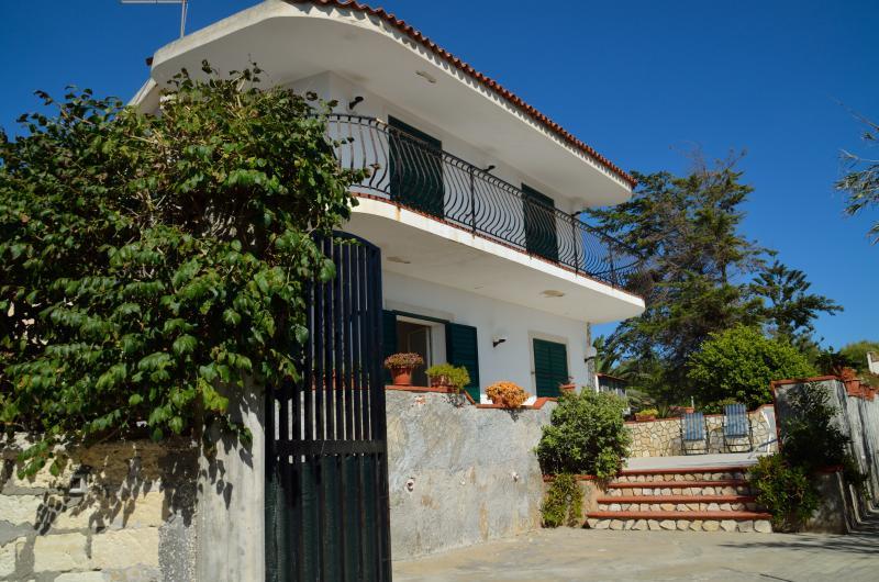 L'entrée de la villa qui est accessible via un chemin privé