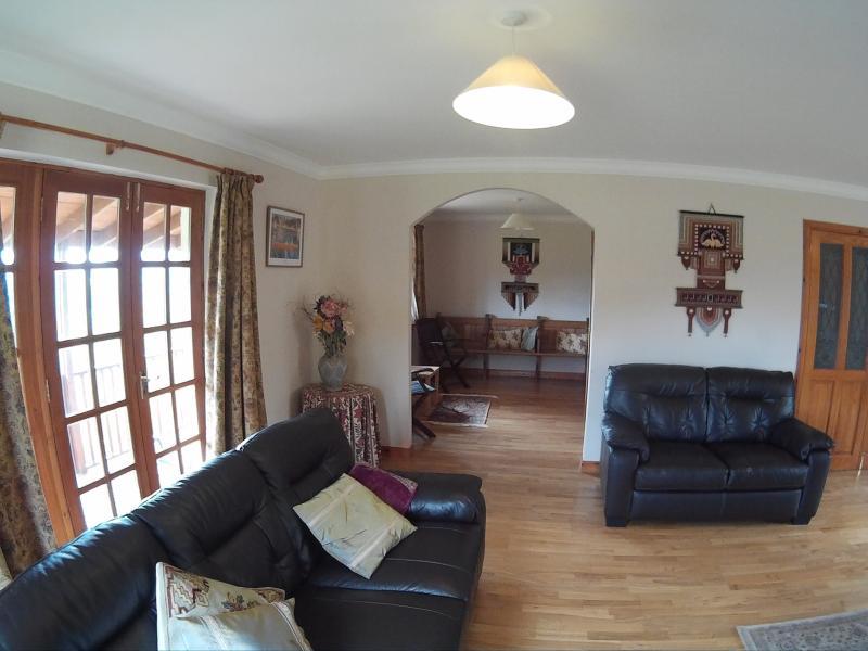 Grote dubbele aspect lounge met haard kachel