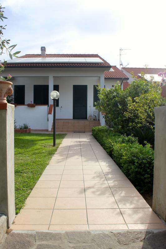 Ingresso villetta con giardino e veranda