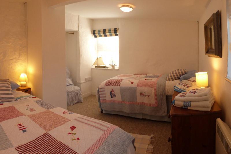 Dormitorio con dos camas con colchones de lujosas para sueño una buena noche de