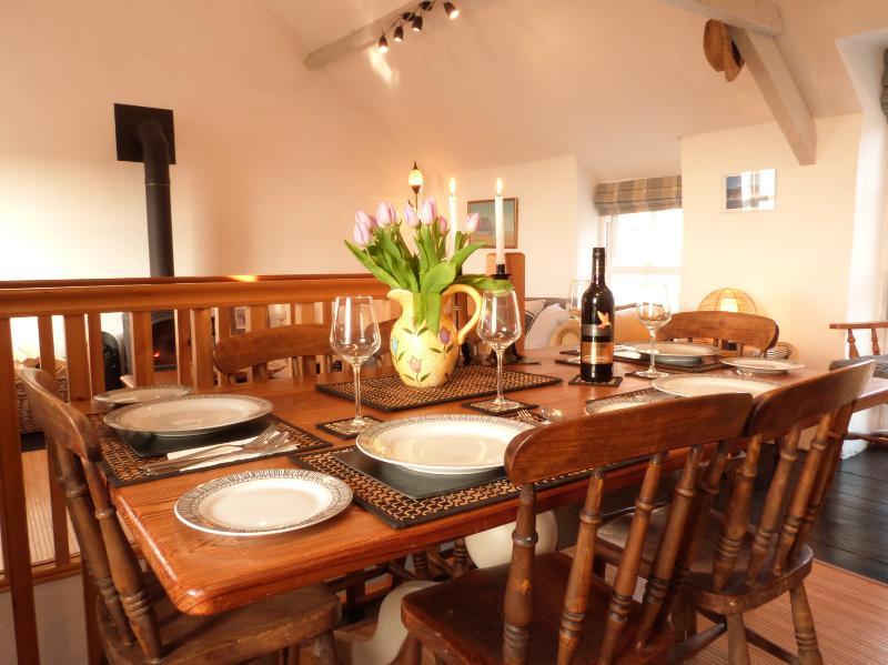 Mesa en pino grande granja para disfrutar de una gastronomía local