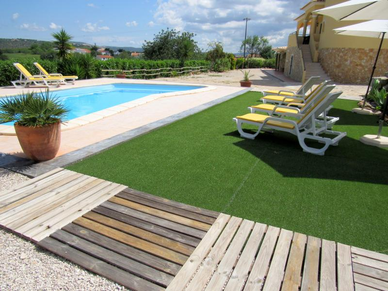 Apart. 3 rooms near Albufeira, Pool, WiFi,AC,BBQ, PARK,table tennis, vacation rental in Loule