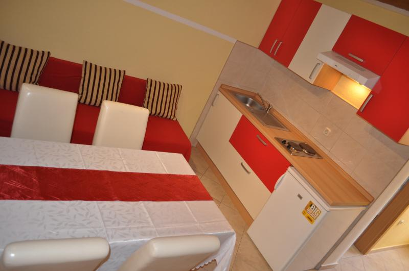 Red apartment for 3, holiday rental in Vis