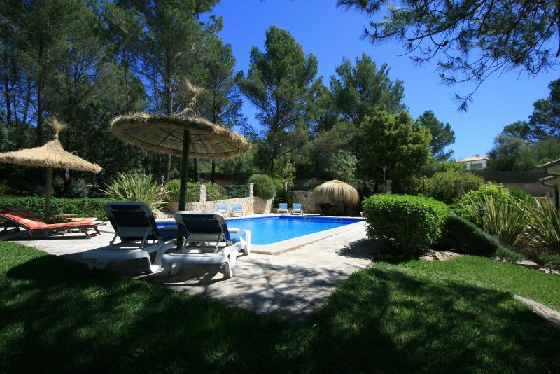 Rear garden view of swimming pool with loungers completely secluded.