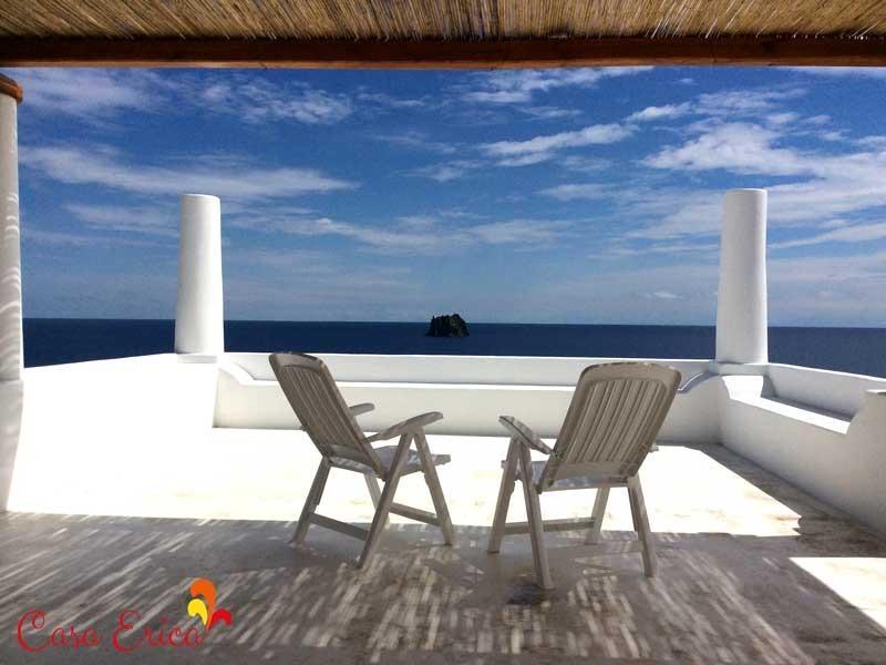 Vista sul mare e sullo Strombolicchio dalla terrazza di sopra