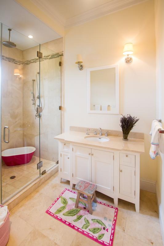 The bunk bedroom's en suite bathroom. 4 Kiddie tubs available if needed.
