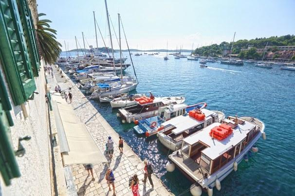 Apartment for 6 people with a central, sea front position in the town Hvar
