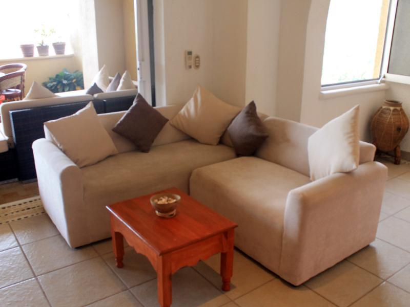 Sala de estar (sofás confortáveis, modernos)