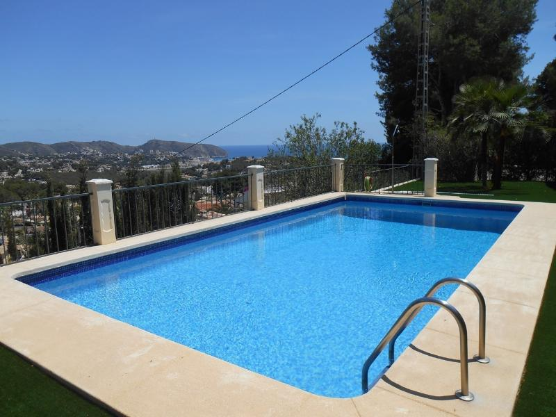 Superb shared swimming pool with seaviews towards Moraira.