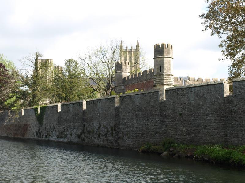 Palacio rodeado de obispos
