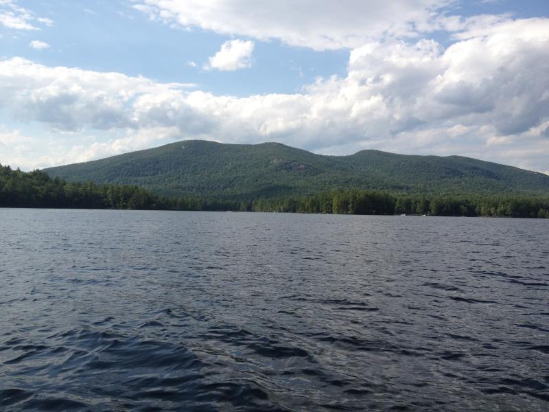 Vista para a montanha de comparecimento de alce lagoa
