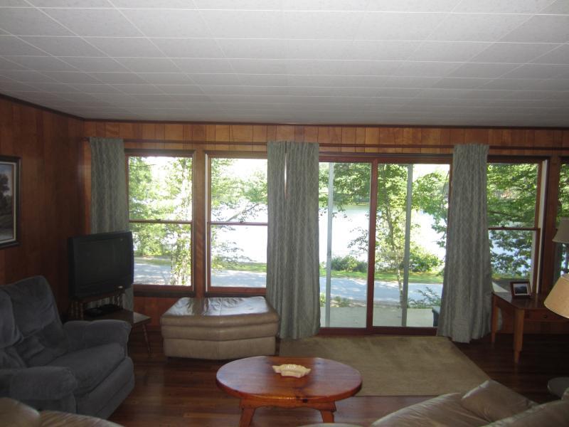 Uitzicht op het meer van woonkamer