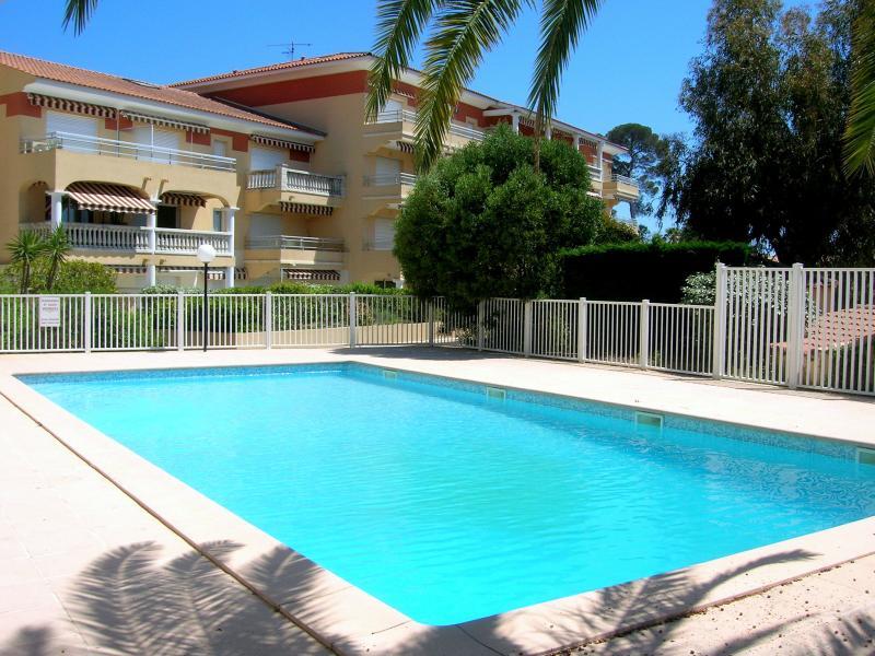 A 50m de la plage de sable la Péguière, bel appartement pour 4, Wifi et piscine, holiday rental in Saint-Raphael