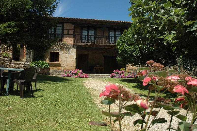Apartamentos Padruno, casa  4/6 personas, Oreña,, holiday rental in Treceno
