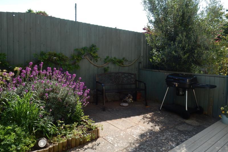 Encantador patio con jardín en plena floración de la primavera