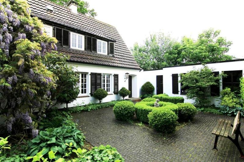 Villa with front garden