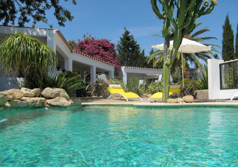 A piscina aquecida solar com terraço