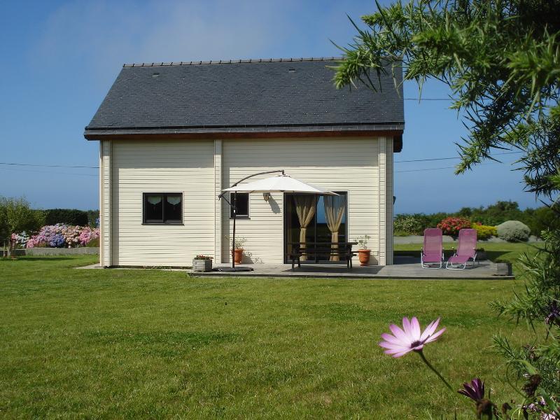 maison écologique en bois massif bord de mer, vacation rental in Saint-Jean-du-Doigt