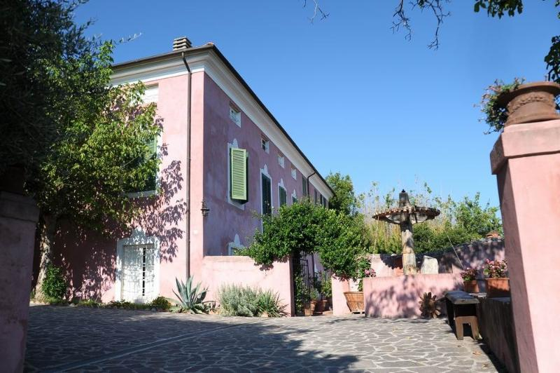 lovely apartment in Bargecchia,airconditioning,pool,village walk distance,view,G, location de vacances à Piano di Conca