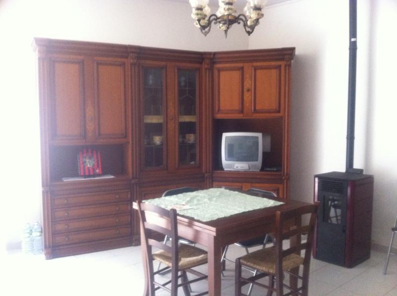woonkamer met sofa, tv met digitale terrestrische,