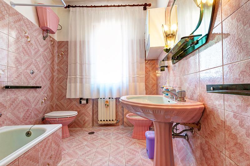 Casa de banho com duche e banheira