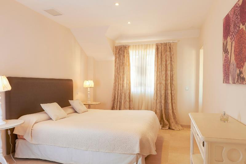 Master bedroom, duplex penthouse with sea views and pool for rent, Puerto Sotogrande, Spain